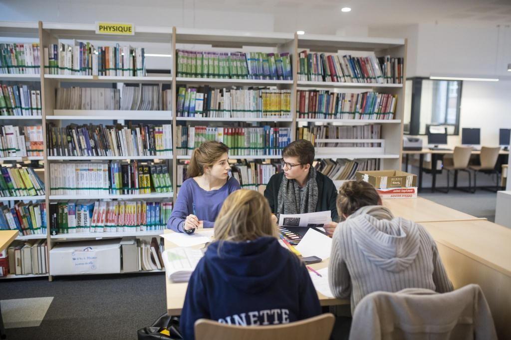 Au lycée privé Sainte-Geneviève à Versailles, les élèves se retrouvent pour réviser ensemble. //©Laurent Hazgui/Divergence pour l'Etudiant