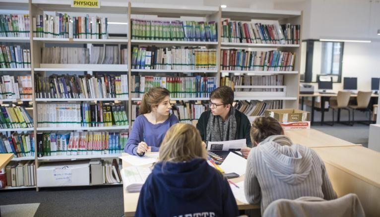 Au lycée privé Sainte-Geneviève à Versailles, les élèves se retrouvent pour réviser ensemble.