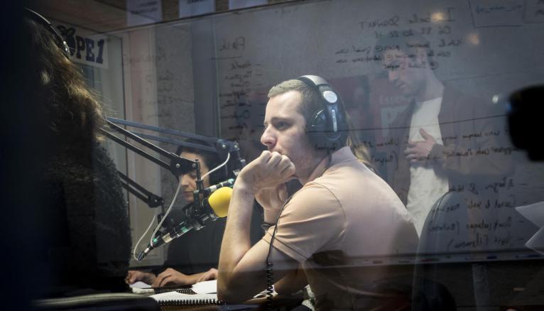 Les élèves de l'ESJ Lille dans le studio de l'école lors du module radio.