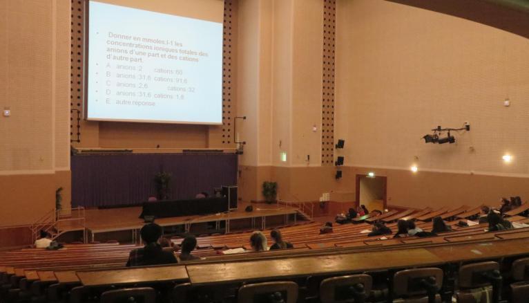 Séance d'exercice en PACES à Paris Descartes en vue du concours de milieu d'année // © Virginie Bertereau