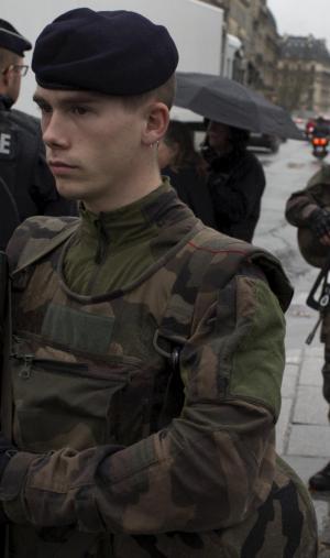 À Paris, suite aux attentats du 13 novembre 2015, l'état d'urgence est décrété et les forces de sécurité renforcées.