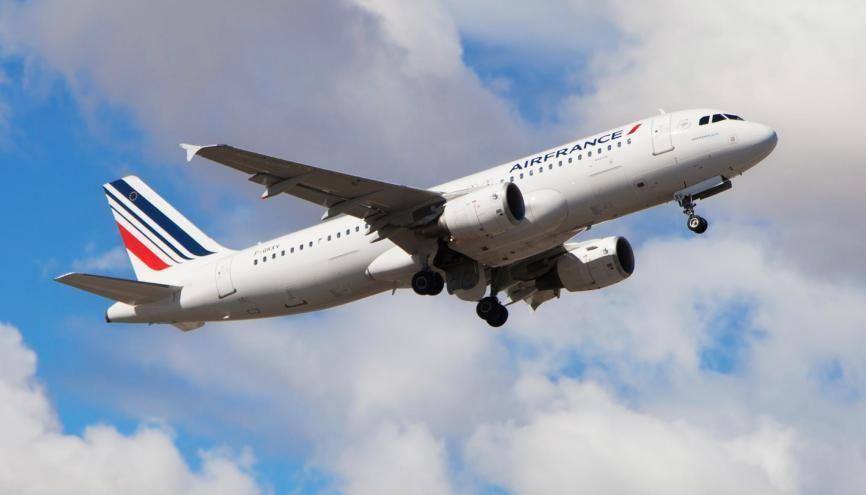 Air France et Air Austral proposeront aux étudiants des vols 20 à 40% moins chers que d'habitude. //©Adobe Stock/Santi Rodríguez