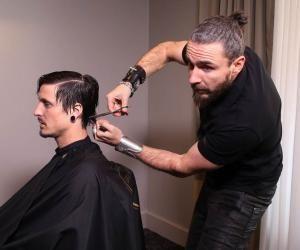 Raphaël crée ses futures collections de coiffure deux fois par an, comme dans le prêt-à-porter. Ici, en pleine séance de shooting à Toulouse.