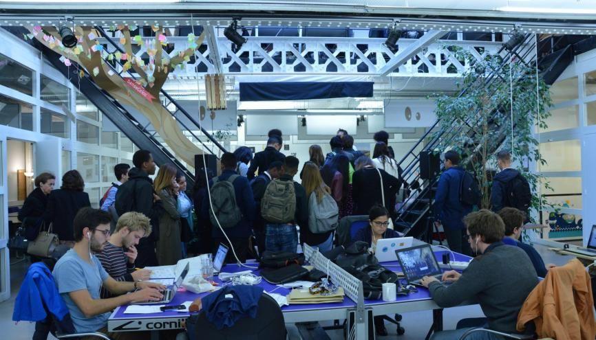 Les élèves de CAP au milieu de jeunes entrepreneurs chez MakeSense. //©erwin canard