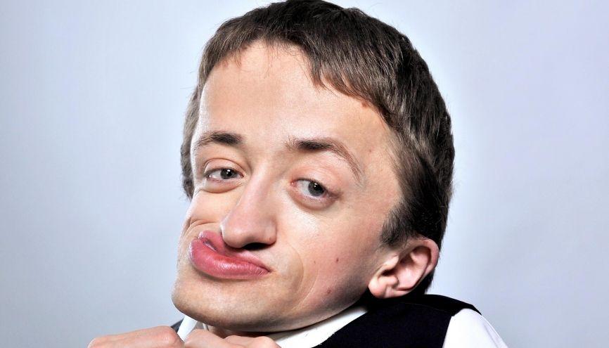 Guillaume Bats, 30 ans, humoriste professionnel, souffre de la maladie des os de verre. //©Julie Caught Maquillage : Charlotte Chenoz