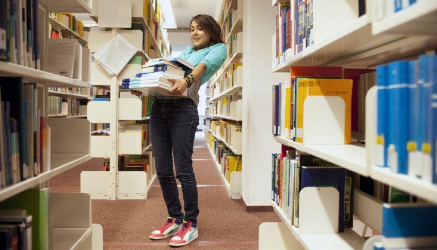 Pour vous préparer, commencez tout simplement par relire vos cours et manuels. //©plainpicture/R. Mohr