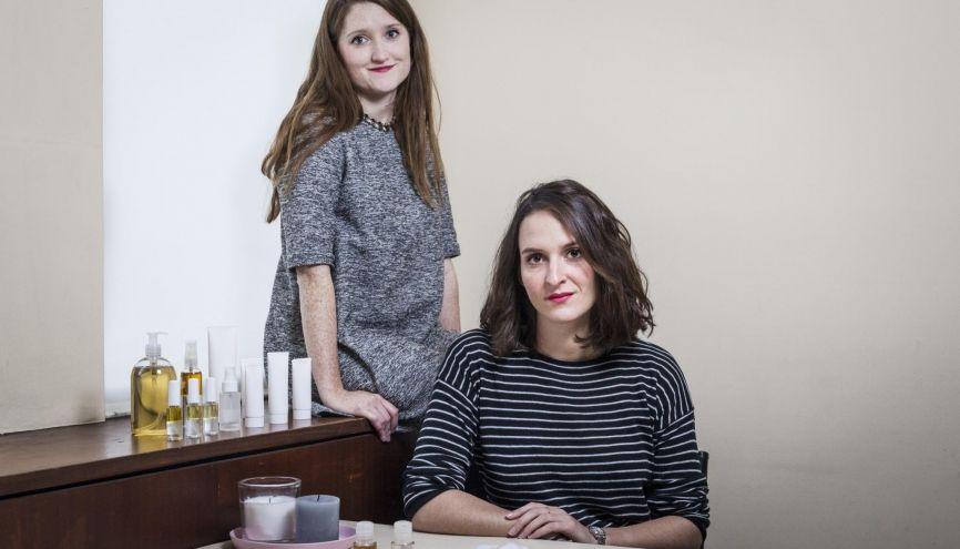 Juliette (à gauche) et Judith (à droite), 24 ans, s'apprêtent à commercialiser leurs produits pour contrer les effets secondaires de la chimiothérapie. //©Simon Lambert/Kaïros pour l'Etudiant