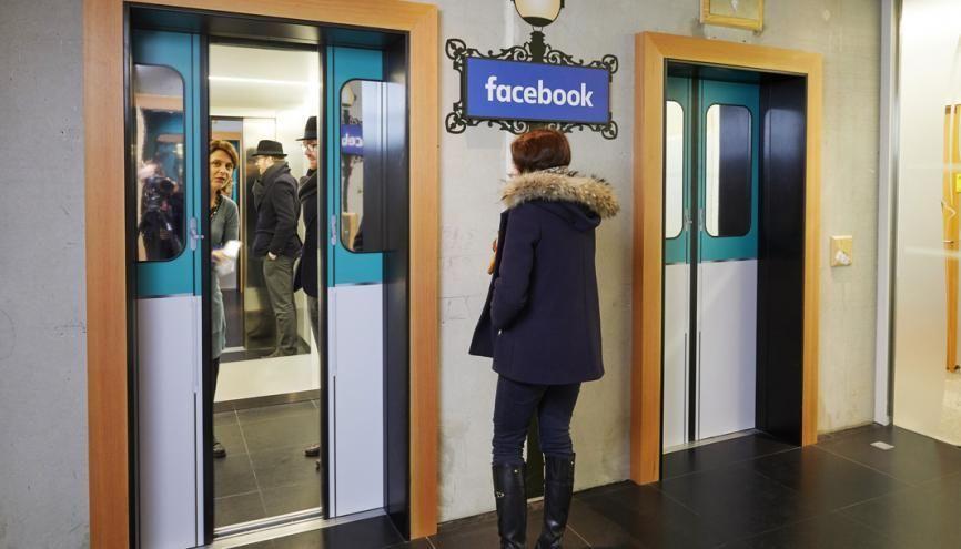 Ascenseur ou métro ? Dans chaque capitale où Facebook s'installe, la décoration des bureaux s'amuse avec les codes culturels locaux. //©Bruno Lévy/Divergence pour l'Etudiant