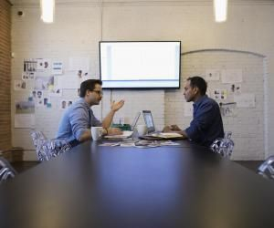 Le premier rendez-vous avec un client, un moment stressant pour un jeune professionnel.