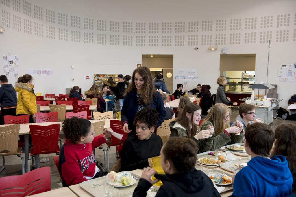 À tour de rôle, les élèves participent au service à la cantine et au ménage des salles. Tout est organisé pour les responsabiliser et prendre part à la vie du lycée. //©Cyril Entzmann/Divergence pour l'Etudiant