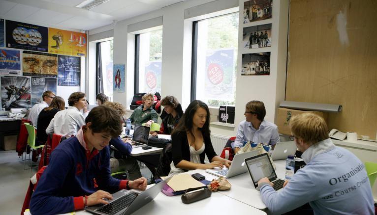 À l'EDHEC, une association d'etudiants s'occupe du club de voile et de la célèbre course annuelle de l'école.