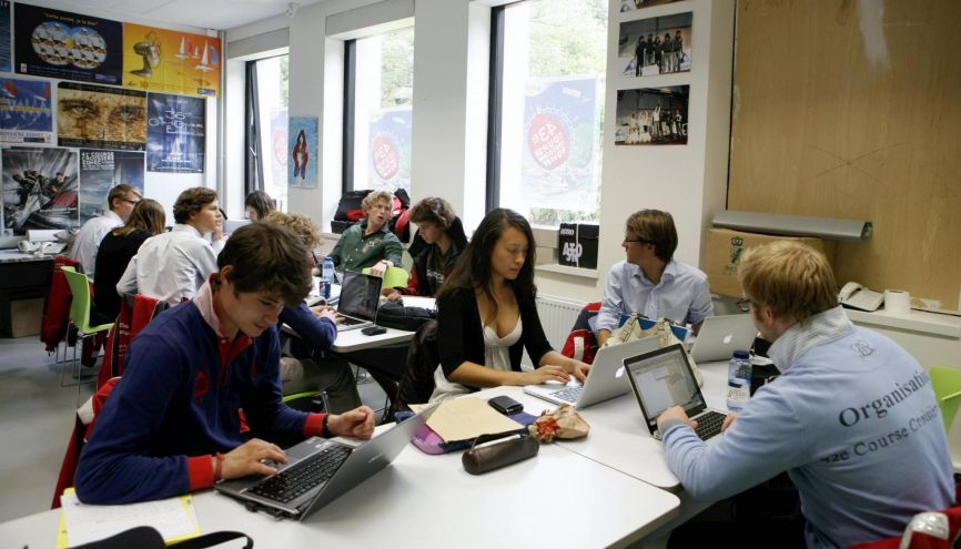 À l'EDHEC,  une association d'etudiants s'occupe du club de voile et de la célèbre course annuelle de l'école. //©Stephane LAGOUTTE/Challenges-REA
