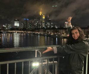 Anissa profite de sa vie d'étudiante en Erasmus à Francfort.