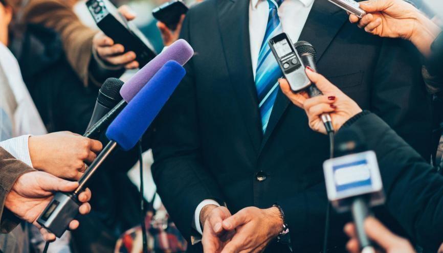 Vous rêvez de devenir journaliste politique ? Des écoles de journalisme organisent des formations pratiques et courtes sur cette spécialité. //©Microgen / Adobe Stock