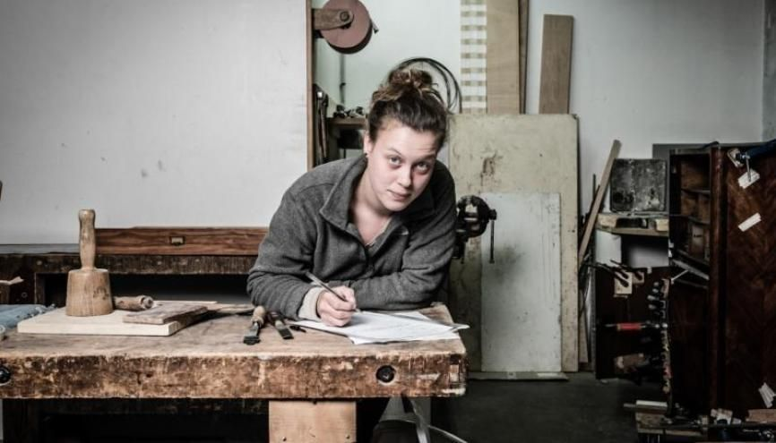 Alice pratique la restauration des meubles d'arts. //©Olivier Rolfe