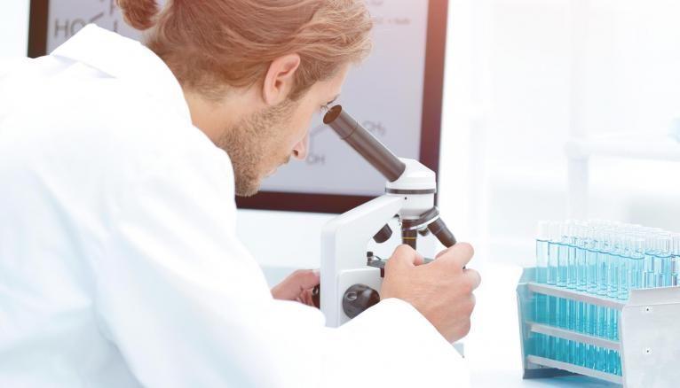 Le métier de technicien d'analyses biomédicales appartient au secteur du paramédical.