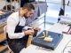 Léonard, maroquinier chez Hermès, a commencé comme apprenti dans le cadre de son bac pro métiers du cuir, puis a été embauché en CDI. //©Cyril Entzmann/Divergence pour l'Etudiant