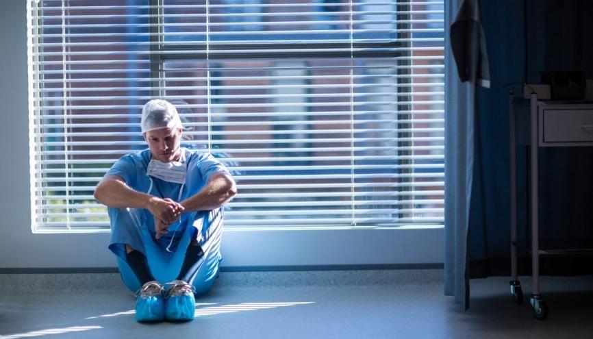 Horaires à rallonge, responsabilités importantes, confrontation à la mort... Des conditions de travail qui pèsent sur le moral des futurs et jeunes médecins. //©plainpicture/Wavebreak