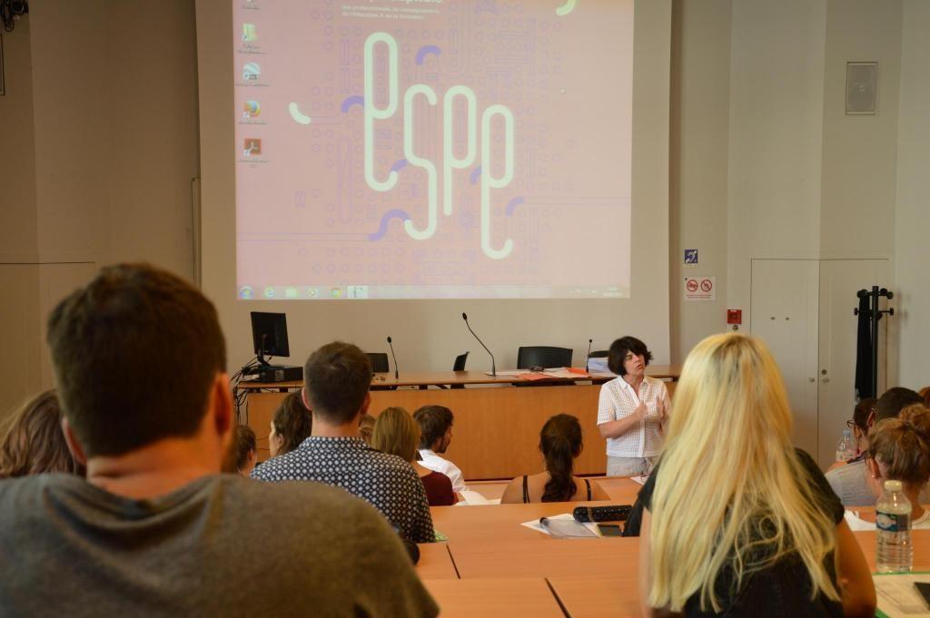 Geneviève Di Rosa donne leur premier cours aux stagiaires de lettres de l'Espé de Paris. //©erwin canard