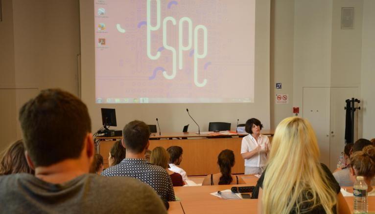 Geneviève Di Rosa donne leur premier cours aux stagiaires de lettres de l'Espé de Paris.