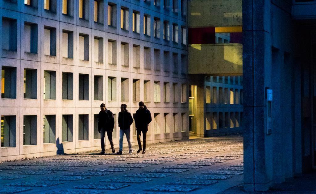 Ambiance paisible sur le campus de 16hectares, qui est composé de deux lycées. Ici l'allée centrale du lycée Aristide-Briand, qui est l'un des plus grands de France. //©Thomas Louapre / Divergence pour l'Étudiant