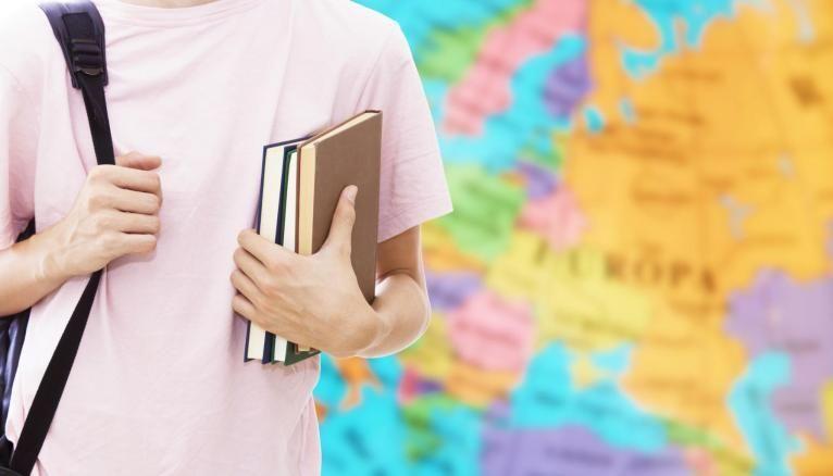 Avant de partir à l'étranger, renseignez-vous auprès du service des relations internationales de votre établissement.