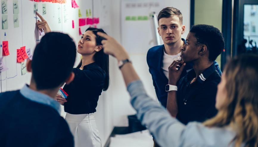 Des études de cas bien réels pour les étudiants en écoles de commerce qui viennent en aide aux entreprises en difficulté. //©BullRun/Adobe Stock