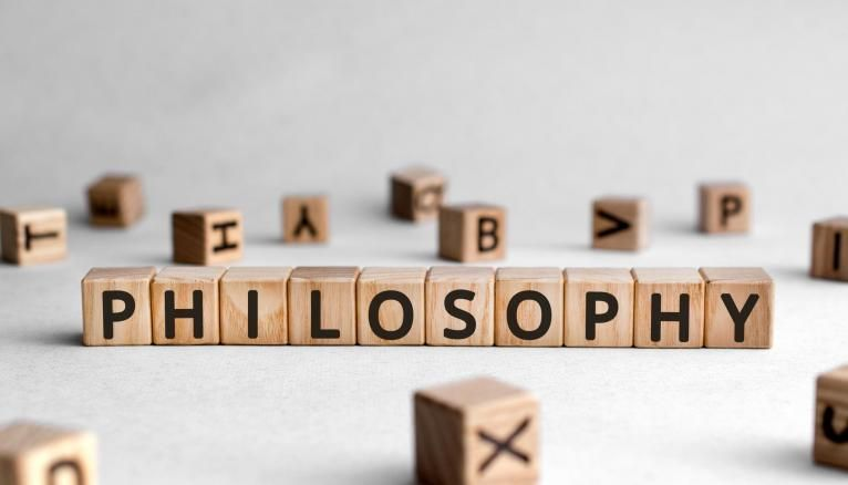Argumenter et problématiser sont des compétences clés en philosophie à maîtriser avant de quitter le lycée.