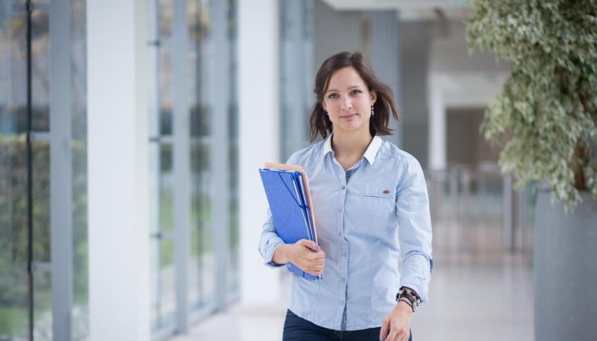 Claire, 26 ans, est écotoxicologue réglementaire chez L'Oréal. //©Julie Balagué pour l'Étudiant