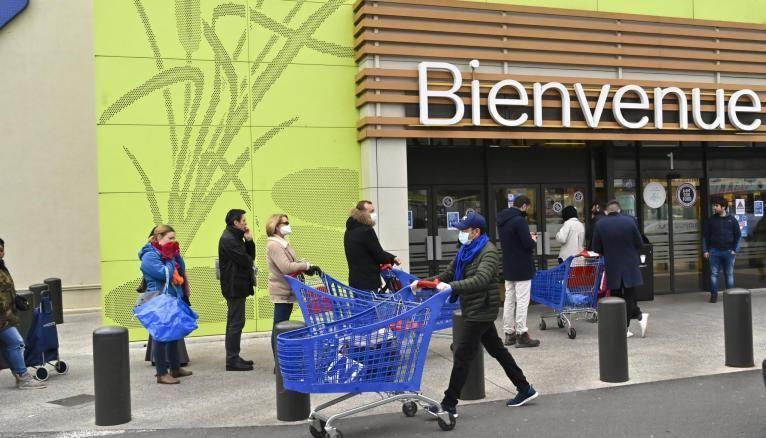 Depuis le confinement, des supermarchés adoptent le filtrage des clients pour ne pas avoir trop de consommateurs en même temps dans les enseignes.