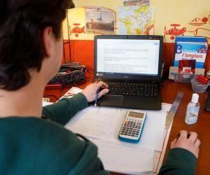 Certains enseignants de lycées professionnels envoient du travail à leurs élèves via des plateforme en ligne.