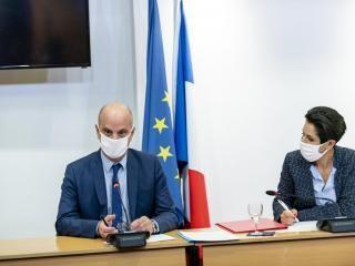 Le ministre de l'Éducation nationale, Jean-Michel Blanquer et la secrétaire d'État à la Jeunesse, Sarah El Haïry, lors de la signature de la déclaration commune visant à lutter contre les séparatisme, le 20 octobre.