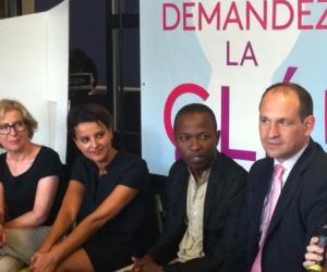 Geneviève Fioraso et Najat Vallaud-Belkacem avec des étudiants bénéficiaires de la CLÉ, au CROUS de Paris.