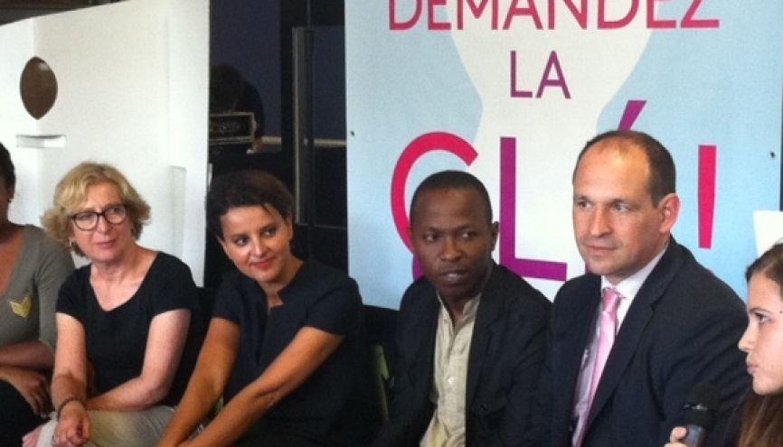 Geneviève Fioraso et Najat Vallaud-Belkacem avec des étudiants bénéficiaires de la CLÉ, au CROUS de Paris. //©Natacha Lefauconnier