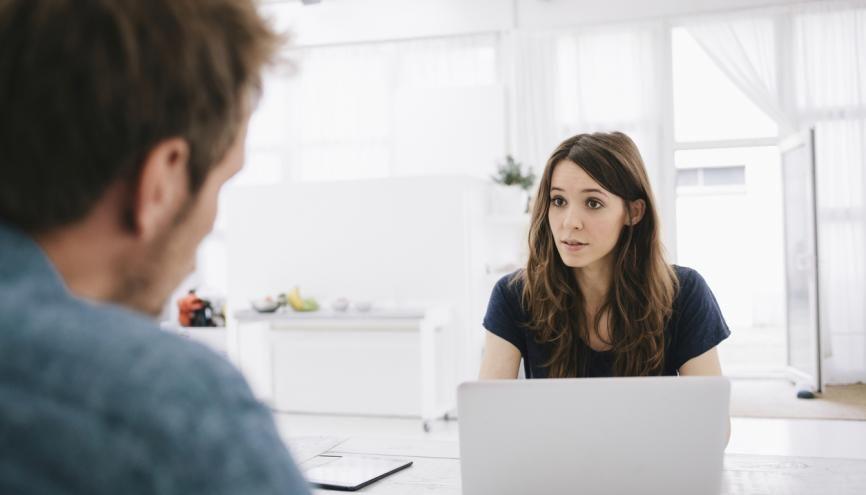 L'entretien est avant tout un échange qui doit permettre au recruteur de valider la bonne impression donnée par votre CV. //©Kniel Synnatzschke/plainpicture