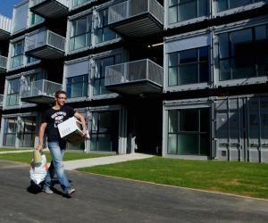 Depuis 2010, au Havre, une résidence héberge des étudiants dans des conteneurs maritimes transformés en grands studios.