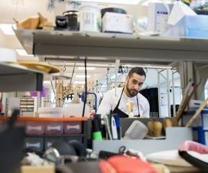 Léonard a son propre établi au sein de l'atelier des maroquiniers.