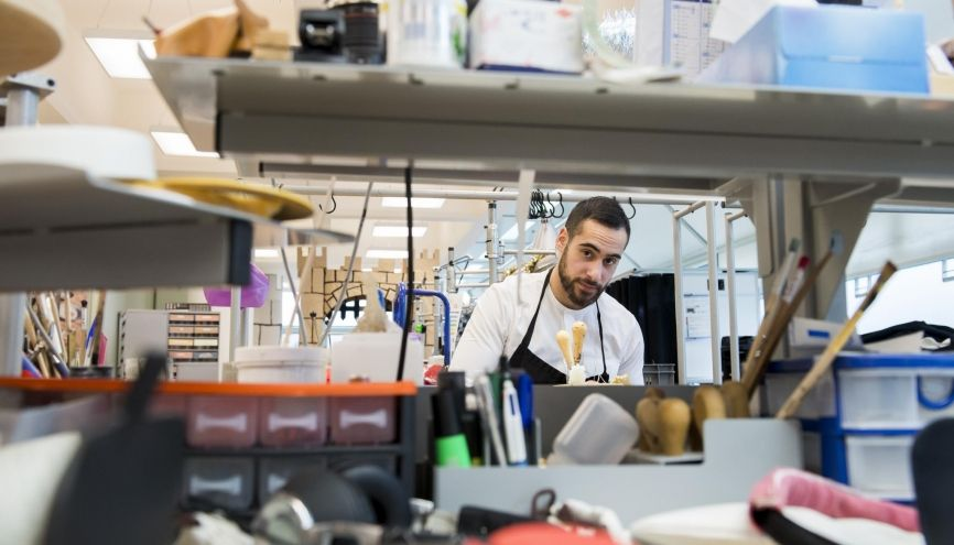 Léonard a son propre établi au sein de l'atelier des maroquiniers. //©Cyril Entzmann / Divergence pour l'Etudiant