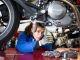 Karen, mécanicienne, a ouvert son propre atelier de réparation de motos. Un bac pro maintenance des véhicules automobiles et un Bachelor à l'École atlantique de commerce lui ont donné une double compétence managériale et technique. //©Thomas Louapre pour l'Étudiant