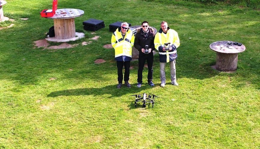 Thomas (au centre) passionné d'aéromodélisme depuis ses 8 ans, a été recruté en 2017 comme télépilote de drones et instructeur chez Azur Drones. //©Etienne Gless