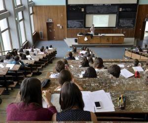 À l'université Paul-Sabatier–Toulouse 3, les étudiants en première année de licence des sciences de la nature font leur rentrée.