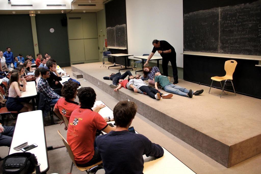 """""""Morphée"""" et les six étudiants de l'École des mines ParisTech hypnotisés lors de la campagne BDE. //©Aude Lorriaux"""
