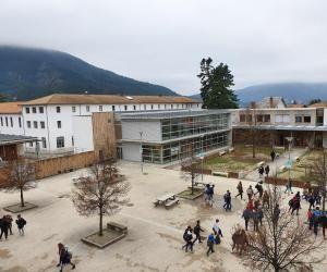 La cité scolaire de Die, dans la Drôme, propose un cadre unique à ses élèves.