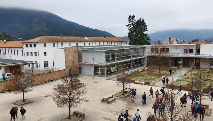 La cité scolaire de Die, dans la Drôme, propose un cadre unique à ses élèves. //©Thibaut Cojean