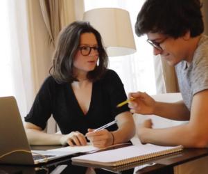 Elsa et Paul-Emile, étudiants à HEC, ont remporté un stage dans un cabinet d'avocats.