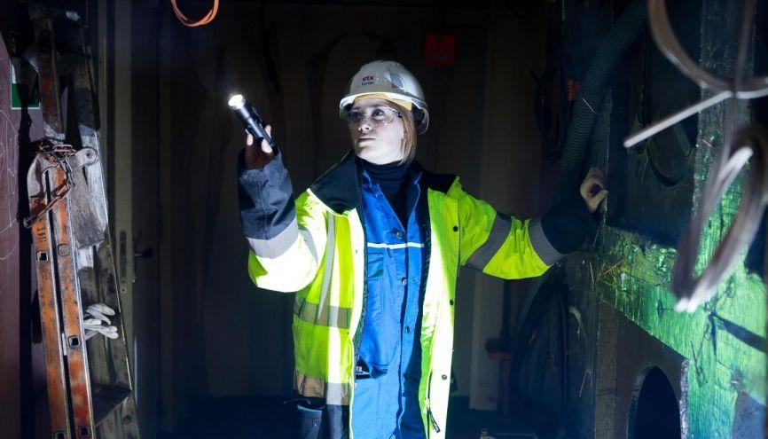 """Maëlle, 23 ans, ingénieure sur les chantiers navals : """"En prépa, nous étions 3 ou 4 filles, à l'école d'ingénieurs un peu plus."""" //©Thomas Louapre/Divergence pour l'Etudiant"""