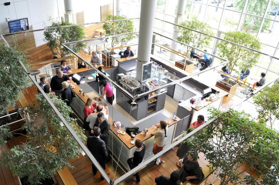A Audencia, la vaste cafétéria baignée de lumière propose dans le cadre de la démarche RSE (responsabilité sociale et environnementale) de l'école, une bonne dose de produits bio. //©F.Senard-Audencia Group