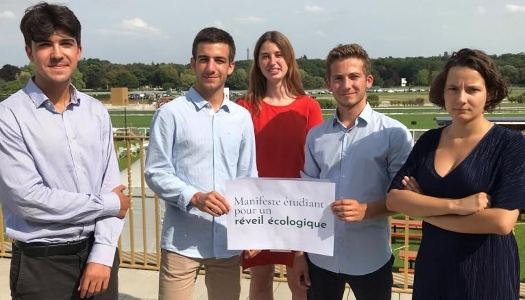 Théo (Science Po Paris, à gauche), Mathis (Mines ParisTech),Marion (HEC) Claire (ENS Paris) promeuvent le Manifeste étudiant pour un réveil écologique et alertent les entreprises du Medef sur l'urgence de la transition écologique