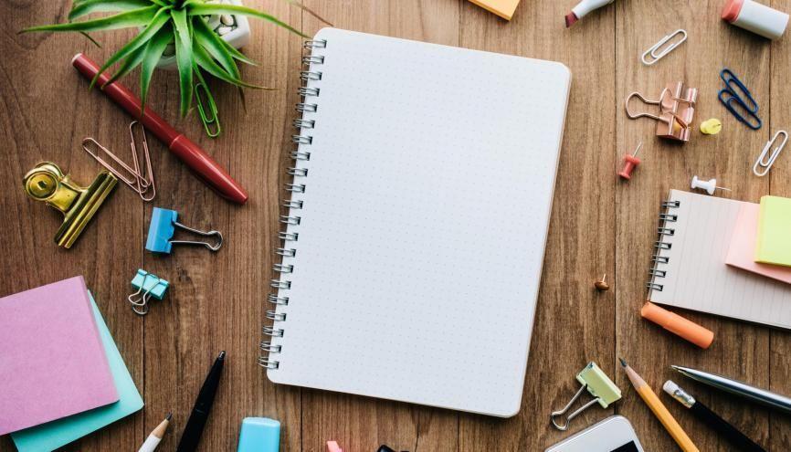 Pour bien travailler à la maison, commencez par organiser votre espace de travail. //©hakinmhan/Adobe Stock