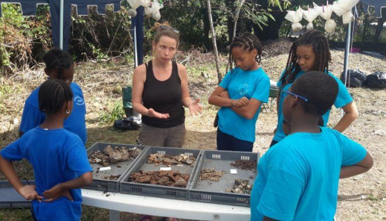 En Guadeloupe, dans le cadre d'un parcours Éducation artistique et culturelle, des élèves de CM2 et des collégiens de sixième apprennent à reconnaître et à classer des débris archéologiques.